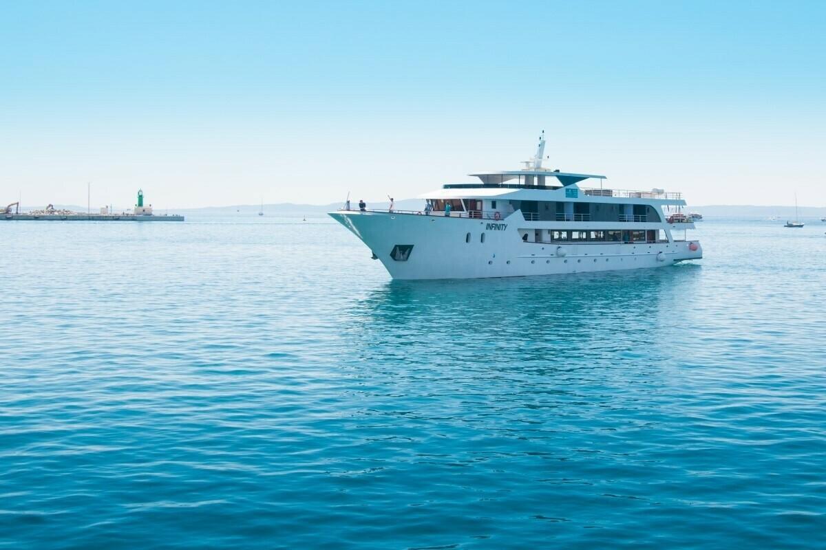 exklusive yacht kreuzfahrt mit schneider reiseangebote. Black Bedroom Furniture Sets. Home Design Ideas